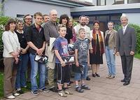 Bild von den Gewinnern des Wettbewerbs mit Bürgermiester Peter Klein, Frau Dr.  Hölscher und Frau Je