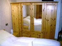 Bild der Ferienwohnung Raabe mit Schlafzimmeransicht und Schränken