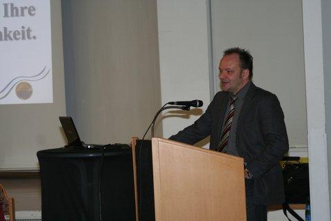 Bild von Bürgermeister Arnim Roß am Rednerpult