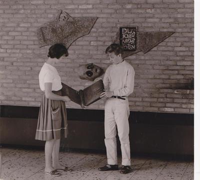 Einbringung des Namensbuches für die Oberkaufunger Toten des II. Weltkriegs in die Gedenkstätte im Bürgerhaus Kaufungerwald, 1963