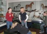 Kinder beim Rundgang durch das Museum